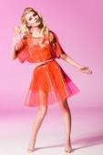 schöne Mädchen posiert mit Lutscher auf rosa, Puppe Konzept