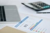 selektivní zaměření sestavy kreditu, laptopu a kalkulačky v tabulce