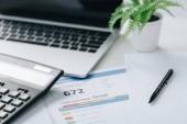 selektivní zaměření sestavy kreditu, kalkulačky, pera, závodu a papíru