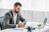 jóvágású férfi-ban formális hord írás-ban jegyzetfüzet-val toll