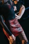 oříznutý pohled na klienta dotek svůdný prostitutka v červené sukni stojící blízko vozu