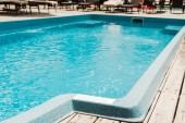 Fényképek úszómedence tiszta kék vízzel a Beach Club szabadban