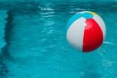 színes felfújható labda, kék víz a medencében