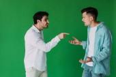 dva muži v košili hádali a křičeli na sebe izolovaně na zeleném