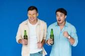 két barátai gazdaság üveg sört, és kinézünk elszigetelt kék