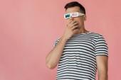 překvapenej mladý muž ve 3D brýlích a pruhovaném tričku, který hledí pryč izolovaně na růžovém
