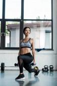 pozitivní sportovní sportovní cvičení s činkami