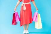 körülvágott kilátás a divatos lány bevásárló táskák türkiz