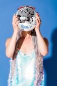 stílusos lány, amely arcát disco labdát a kék