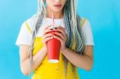 abgeschnittene Ansicht von Mädchen mit Dreadlocks und Limo-Drink isoliert auf Türkis