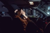 Fotografia ladro attaccare bella donna spaventata in auto