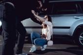 tolvaj támadó ijedt nő közelében autóval éjjel