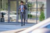 selektivní zaměření pohledného afroamerického podnikatele, který kráčí po schodech