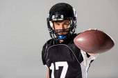 Amerikai futball játékos golyós izolált szürke