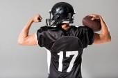 Fényképek vissza kilátás amerikai futball játékos labdát izolált szürke