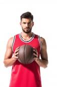 sportos kosárlabda játékos tartó labdát, és nézte a kamerát izolált fehér