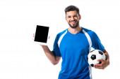 glücklicher Fußballer mit digitalem Tablet und Ball isoliert auf weißem Grund