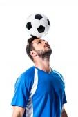 csinos futballista a labdát a fejét izolált fehér