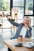 selektivní zaměření businessu na brýle se selskou v moderní kanceláři