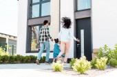Plná délka pohled na Africkou rodinu, která běží do nového domu