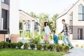 teljes hosszában tekintettel a boldog afro-amerikai család fut az új házat, míg anyja nézi gyerek