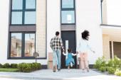 pohled na afroamerické dvojice s dětmi běžícím k novému domu