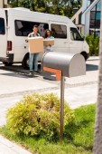 selektivní výběr poštovních schránek a afrických amerických páček při stání u vozu