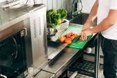 částečný přehled kuchařových řezných rajčat na sekací prkno