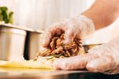 částečný pohled na kuchaře v rukavicích Příprava doneru kebab