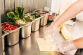 částečný pohled na kuchaře v rukavicích Příprava kebabu kebaby