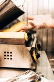 částečný pohled na kuchaře v rukavičkách Příprava kebabu kebab