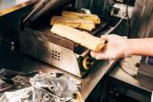 oříznutý pohled na kuchaře v rukavičkách Příprava kebabu kebaby v kebab