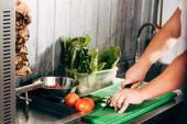 oříznutý pohled na vaření zeleniny na pracovišti