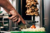částečný pohled na kuchyňkový salát na řezání lepenky
