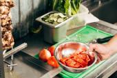 oříznutý pohled na nádobu na vaření s nakráhnutými rajčaty