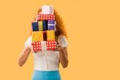 mladá žena držící dary izolované na žluté