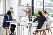 selektivní zaměření multietnických podnikatelů sedícího u stolu při konferenci v úřadu