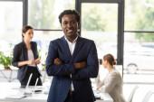 elölről véve a mosolygó afroamerikai üzletember a formális kopás hivatalban
