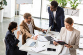 multietnické podnikatele v tabulce při konferenci v úřadu