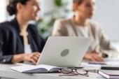 selektivní zaměření dvou podnikatelek a notebooků u stolu v kanceláři