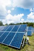 blaue Solarzellen mit Kopierraum und wolkenverhangenem Himmel
