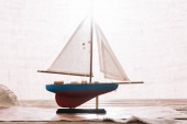 dekoratív hajó, fehér vitorla felületen a Hessian