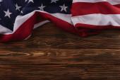 pohled na americkou národní vlajku na dřevěné ploše