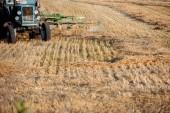 selektivní zaměření moderního traktoru na pšeničný polní