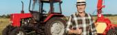 panoráma szemcsésedik-ból boldog maga-vállalkozó mezőgazdasági termelő-ban szalma kalap bemutatás hüvelykujj megjelöl mellett traktor