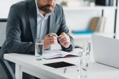 nyírt kilátás üzletember a hivatalos kopás tartó toll hivatalban