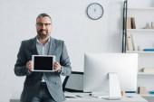 jóképű üzletember hivatalos viselet gazdaság digitális tabletta a másolási tér