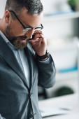 a hivatalos viselet beszél a smartphone-ban Hivatal jóképű üzletember