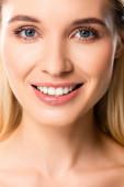 nackt lächelnde blonde Frau mit weißen Zähnen