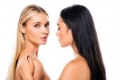 krásná nahá Asijská dívka dotýkat se blonďaté ženy izolované na bílém